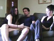 Masturbazione con la mano con due ragazze sul divano