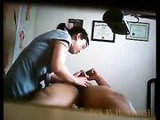 Un massaggio nudo una donna tailandese inghiotta lo sperma