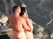 Una coppia nudista fa sesso al beach voyeur