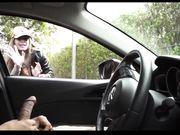 La ragazza sta guardando un uomo che si masturba nella sua auto