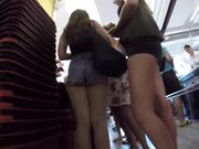 La candida telecamera sta filmando una ragazza sexy in jeans attillati