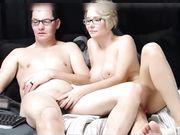 Una bella moglie fa un pompino davanti alla webcam